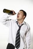 20131016165201-8605987-hombre-de-negocios-borracho-bebiendo-de-una-botella-vacia.jpg
